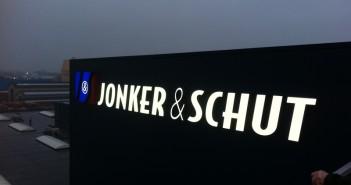 gevelreclame Hoofdkantoor Jonker & Schut voorzien van (verlichte) gevelreclame 100 1412 351x185