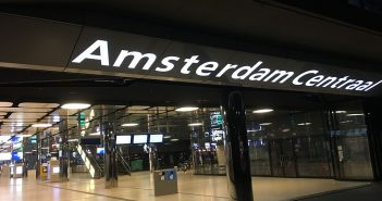 Reclame Amsterdam Centraal lichtreclame LED lichtreclame shops Amstelpassage Amsterdam Centraal reclame amsterdam centraal 351x185