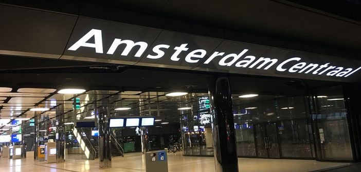 Reclame Amsterdam Centraal lichtreclame LED lichtreclame shops Amstelpassage Amsterdam Centraal reclame amsterdam centraal 702x336